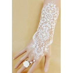 Le bijou de poignet en dentelle blanc