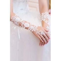 Les gants de cérémonie blancs dentelle et diamants