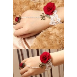 Le bijou de main blanc roses rouges